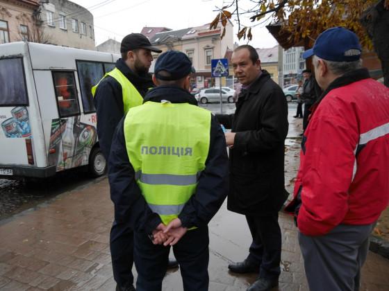 Ужгородським водіям нагадали про необхідність дотримуватися правил паркування автомобілів біля автобусних зупинок